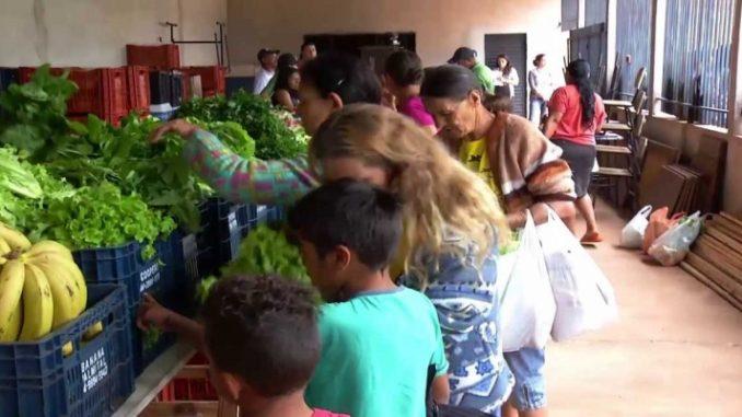 Lixo reciclável é trocado por alimentos em cidade paranaense