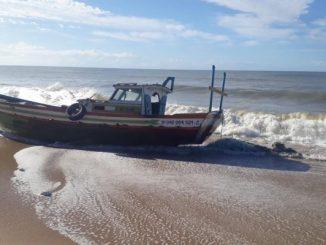 Barco fica à deriva e família é resgatada em mar no interior do RJ