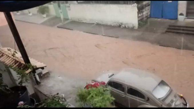 Chuva causa alagamentos em bairro de Santo Antônio de Pádua, no RJ