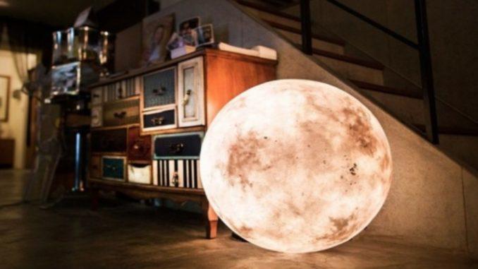 Designers de Taiwan criam abajur em forma de lua cheia
