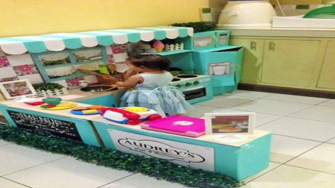Inspirador! Mãe cria cozinha reciclável para filha brincar