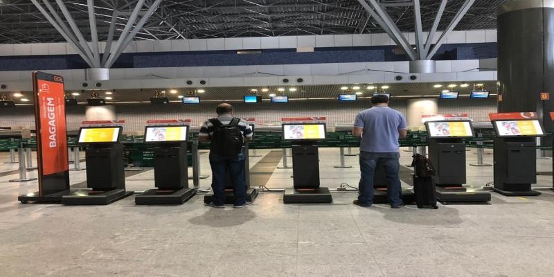 Análise preliminar da mala pode ser feita pelos passageiros antes mesmo de chegar ao balcão — Foto: Isabela Veríssimo/G1