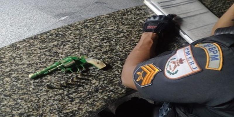 Arma é apreendida com menor de idade em Campos, no RJ — Foto: Divulgação/PM