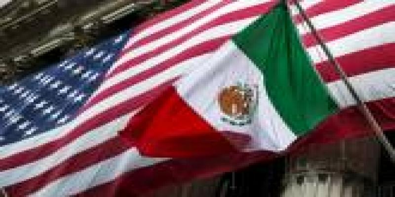 Bandeiras do México e dos EUA na frente da bolsa de Nova York (New York Stock Exchange) nos Estados Unidos