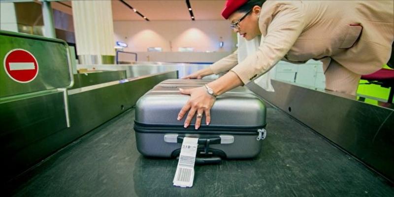 Cada bagagem pode ser escaneada automaticamente pelos aparelhos à medida que passa pelo sistema aeroportuário — Foto: Rede Globo