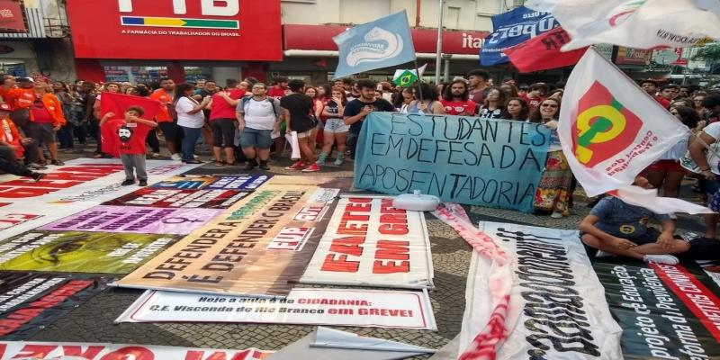 CAMPOS, 16h: Estudantes de Campos, RJ, carregavam cartazes em defesa da aposentadoria — Foto: Paulo Veiga/Inter TV