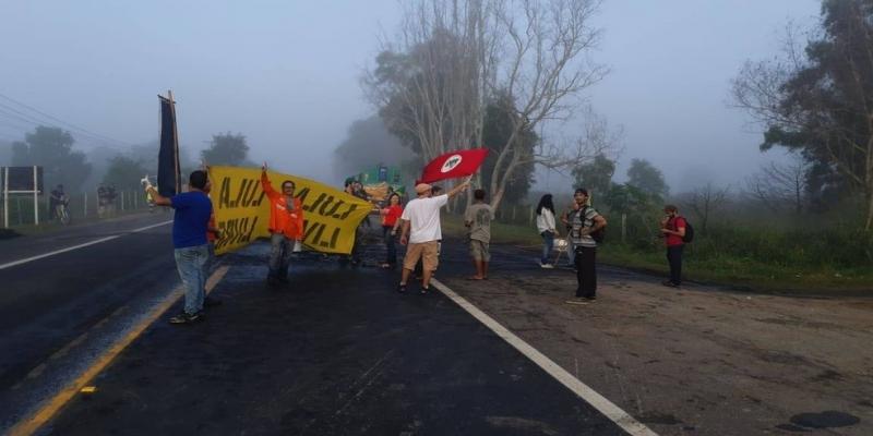 CAMPOS DOS GOYTACAZES, 7H30: Manifestantes fecharam trecho da BR 101 — Foto: Caio Dias/Inter TV