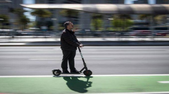 Caos e acidentes causados por patinetes enfurecem Paris
