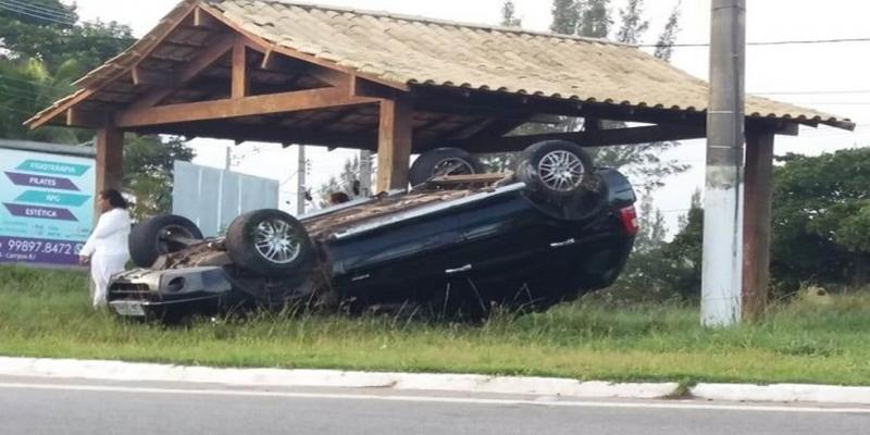 Carro capotou na manhã deste sábado (8) na BR 356, em São João da Barra — Foto: Divulgação/Parahybano