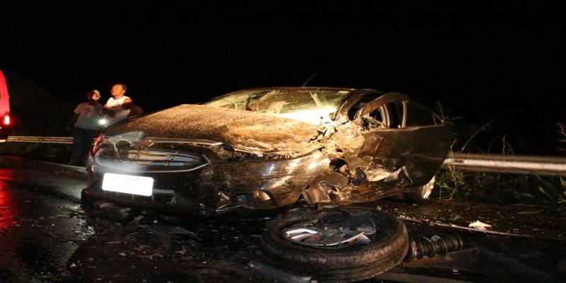 Carro ficou destruído com a batida na BR 356, na altura de Itaperuna — Foto: Reprodução/Italva em Foco