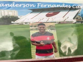 Corpo de ex jogador de escolinha do Flamengo, morto por vingança, é enterrado no RJ
