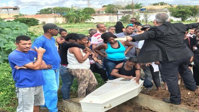 Corpo de menino violentado e morto em Campos, RJ, é enterrado sob forte comoção