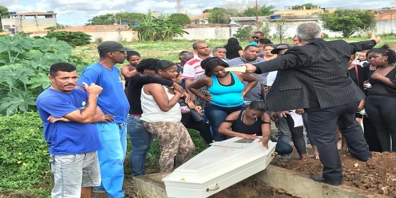 Corpo do menino de 10 anos foi enterrado sob forte comoção Cemitério de Caju, em Campos — Foto: Cléber Rodrigues/Inter TV