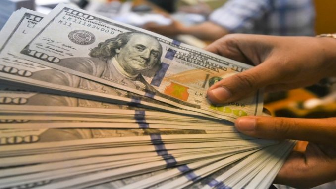 Dinheiro no exterior: saiba como lidar com as taxas e as regras
