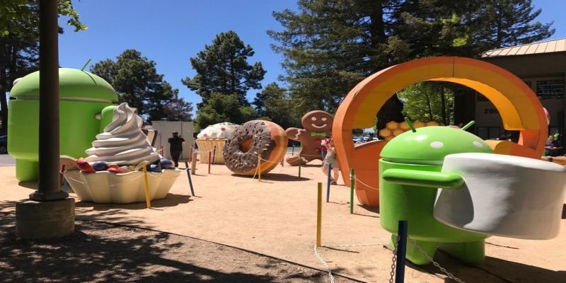 Estátuas do Android, na sede do Google, em Mountain View (Califórnia).  — Foto: Helton Simões Gomes/G1
