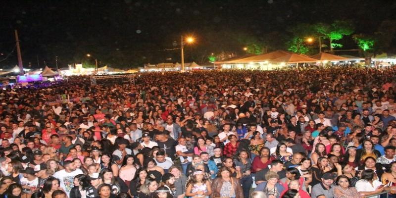 Felipe Araújo cantou para aproximadamente 15 mil pessoas durante o show em Italva — Foto: Divulgação/Prefeitura de Italva