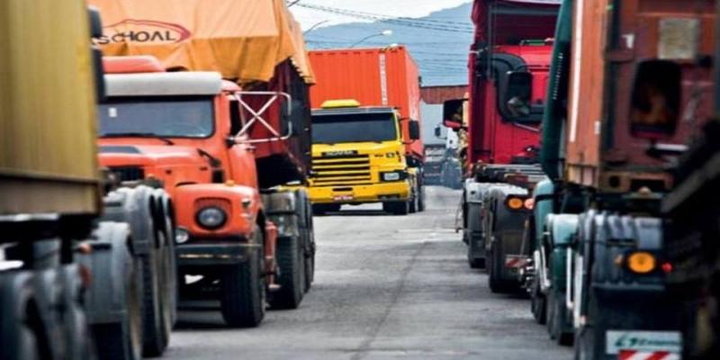 Filas de caminhões parados no trânsito em Santos