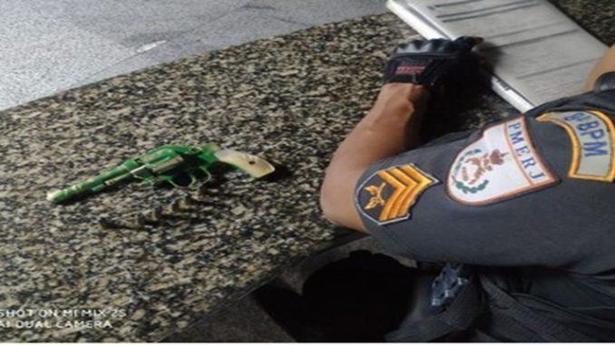 Homem é detido e adolescente apreendido por porte ilegal de arma em Campos, no RJ