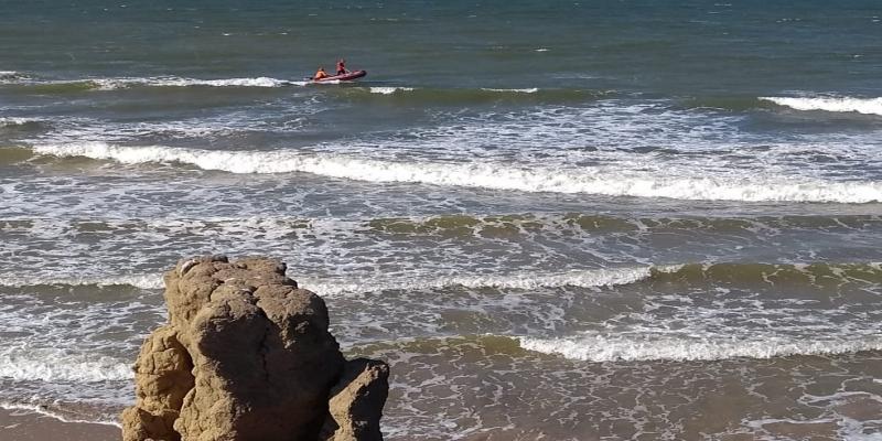 Homens do Corpo de Bombeiros e da Marinha fizeram buscas no litoral do Norte Fluminense e na divisa com o ES — Foto: Divulgação/Corpo de Bombeiros