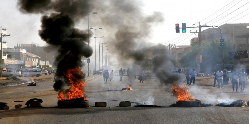 Manifestantes morrem no Sudão e militares negam autoria do ataque.