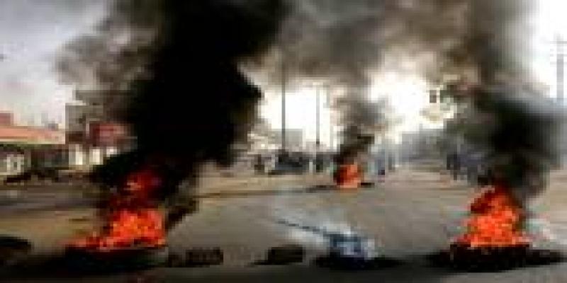 Manifestantes protestam contra a permanência dos militares no poder no Sudão