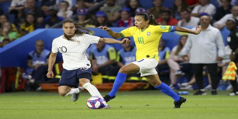Marta Vieira Da Silva, do Brasil, e Amel Majri of France, da França, durante partida da Copa do Mundo Feminina de Futebol da Fifa, na França, 23 de junho