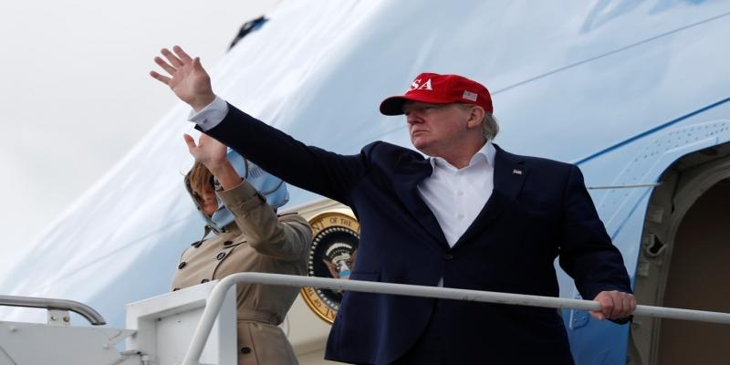 Melania e Donald Trump embarcam no Air Force One rumo a Washington após visita à Europa — Foto: Carlos Barria/Reuters