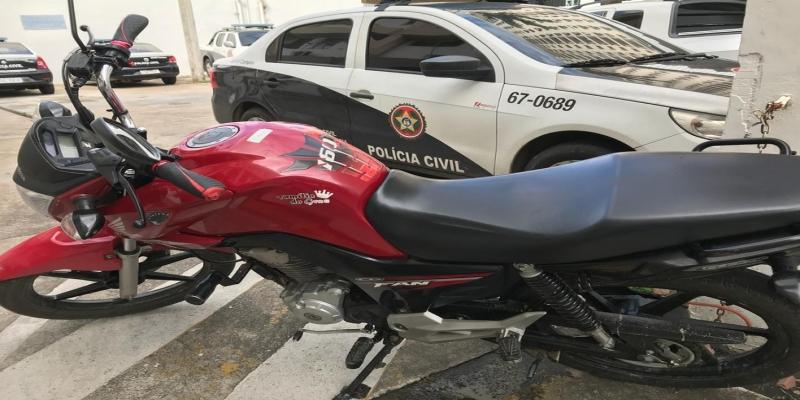Moto foi encontrada em um casa no bairro Novo Jockey e pode ter sido usada pelo suspeito do crime — Foto: Cléber Rodrigues/Inter TV