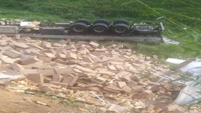 Motorista morre após capotar carreta carregada de chocolate em Santo Antônio de Pádua, no RJ