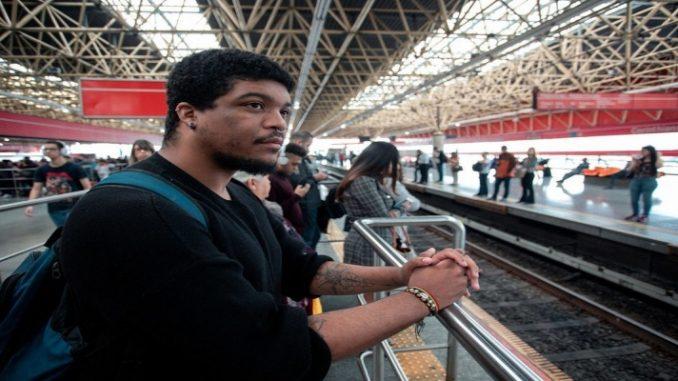 Na busca pelo 1º emprego, distância e preconceito viram obstáculos a jovens da periferia de SP