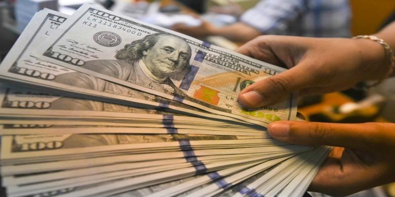 Notas de dólar em casa de câmbio em Jacarta, na Indonésia. — Foto: Hafidz Mubarak/Reuters