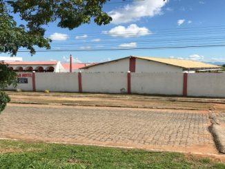 Polícia investiga marcas de sangue encontradas em quarto de motel no RJ; suspeito é detido