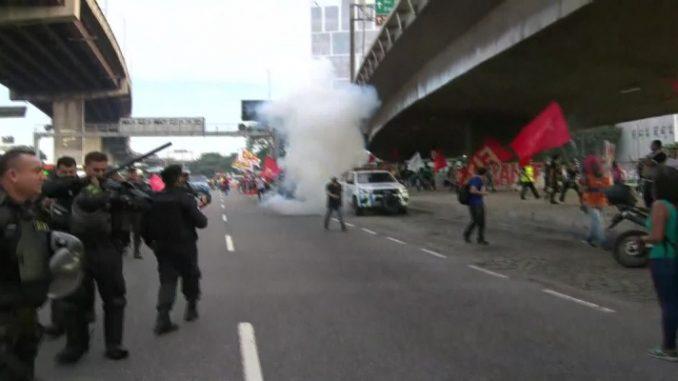 Protestos contra a reforma da Previdência fecham vias e têm tumulto; transportes funcionam normalmente