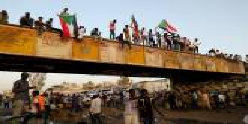 Protestos no Sudão contra os militares após a queda do presidente.