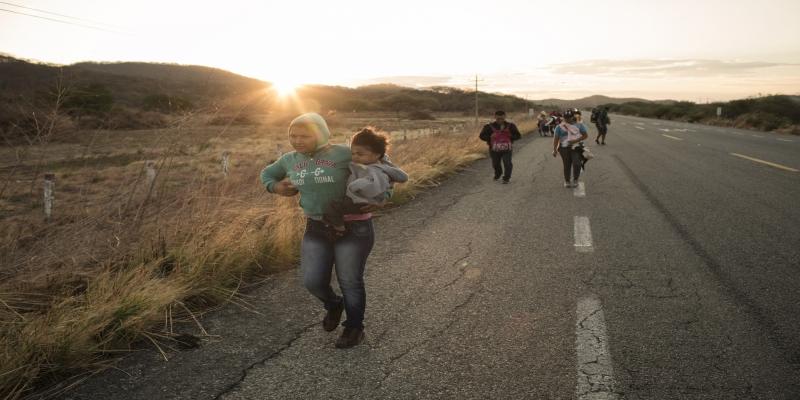 Refugiados da América Central andam por estrada no México.