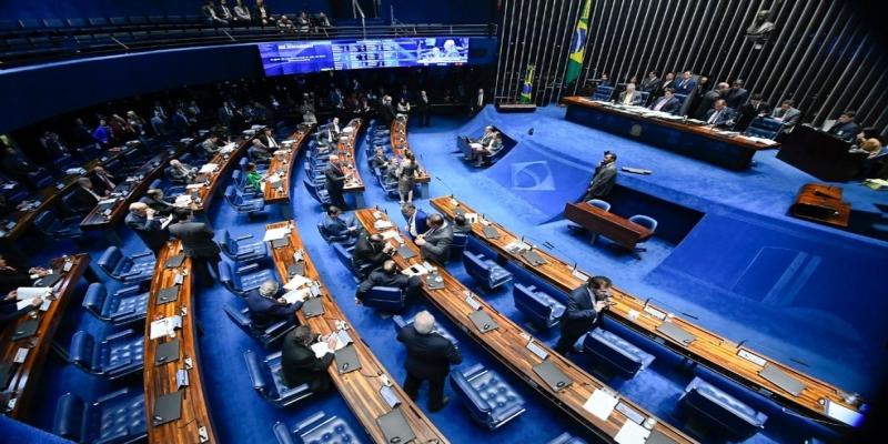 Senadores reunidos no plenário durante a sessão desta quarta feira (12) — Foto: Marcos Oliveira/Agência Senado