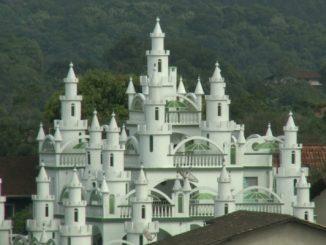 Em 20 anos e com pouco dinheiro, brasileiro constroi seu próprio castelo