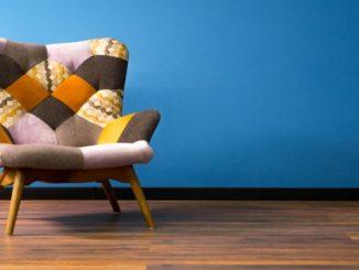 Cadeira de madeira maciça é peça marcante na decoração
