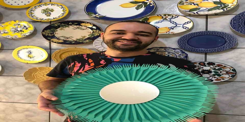 Felipe Lopes, professor de educação artística com a moldura de espelho com garfinhos