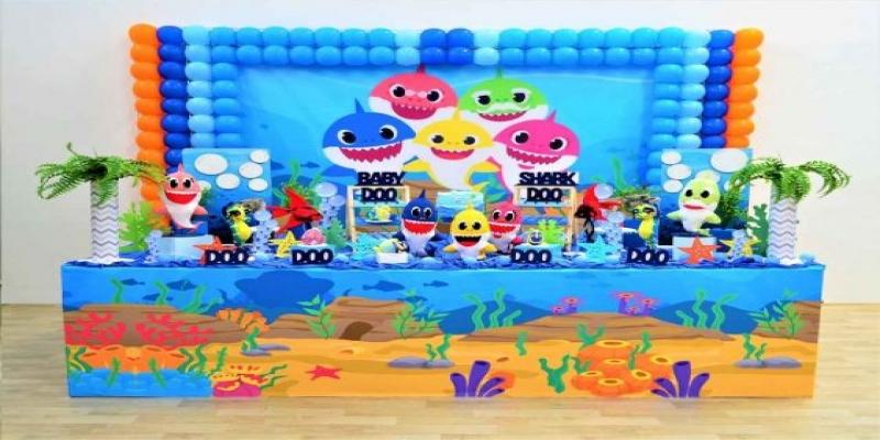 Painéis e pelúcias dos personagens Baby Shark